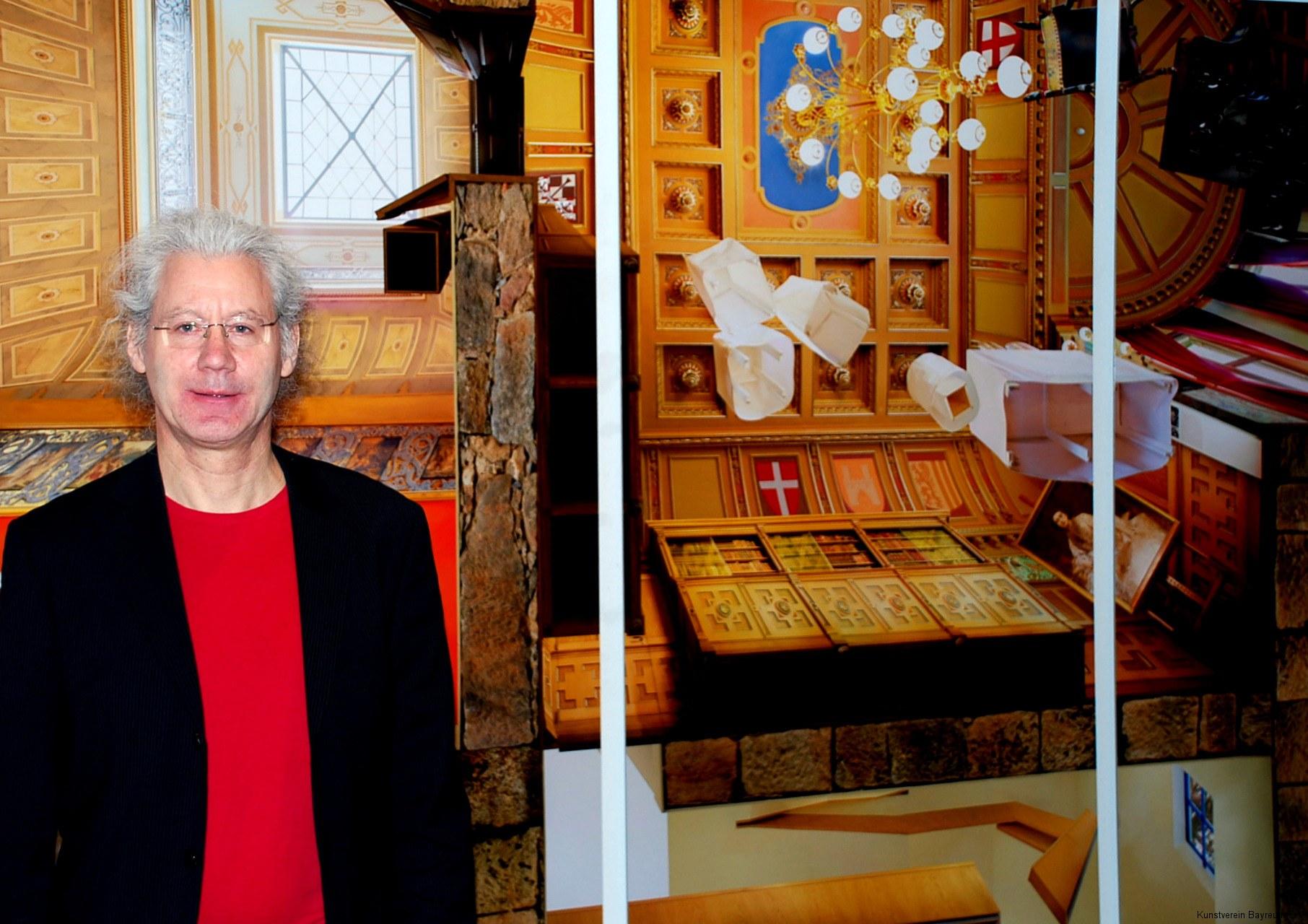 Der Künstler Michal M. Rohde vor seinem Werk