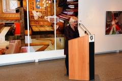 Die Kunsthistorikerin, Angela Holzhäuer, eröffnet die Vernisage